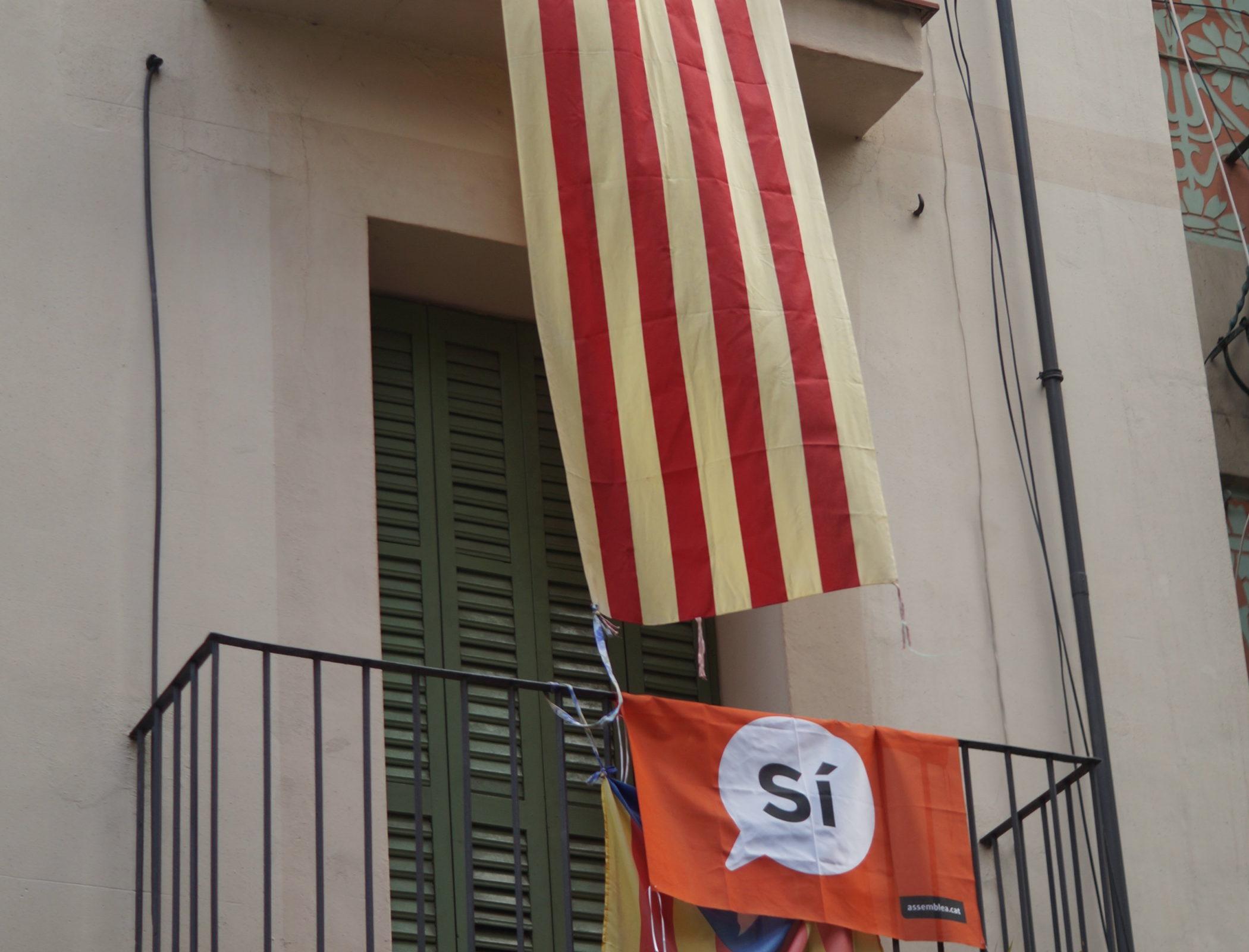 Barcelone, le 21 février. Les habitants affichent aux balcons leur soutien à l'indépendance catalane. © Mohamed‐Amin Kehel