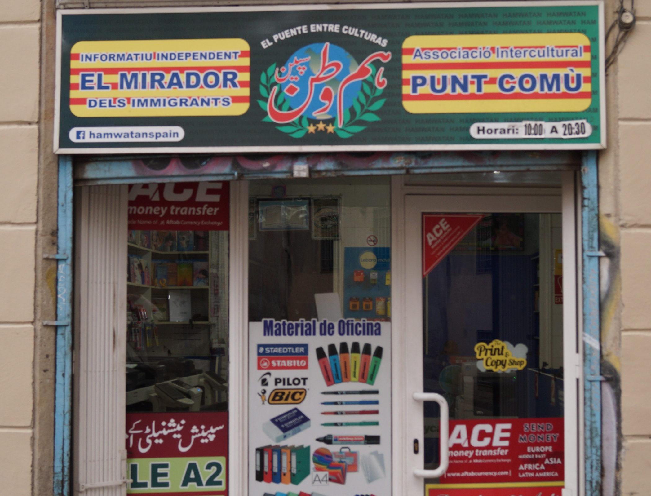 """Barcelone, le 26 février. Une boutique d'impression accueille également le siège de l'association de migrants """"Punt Comù"""" (point commun). © Juliette Desmonceaux"""
