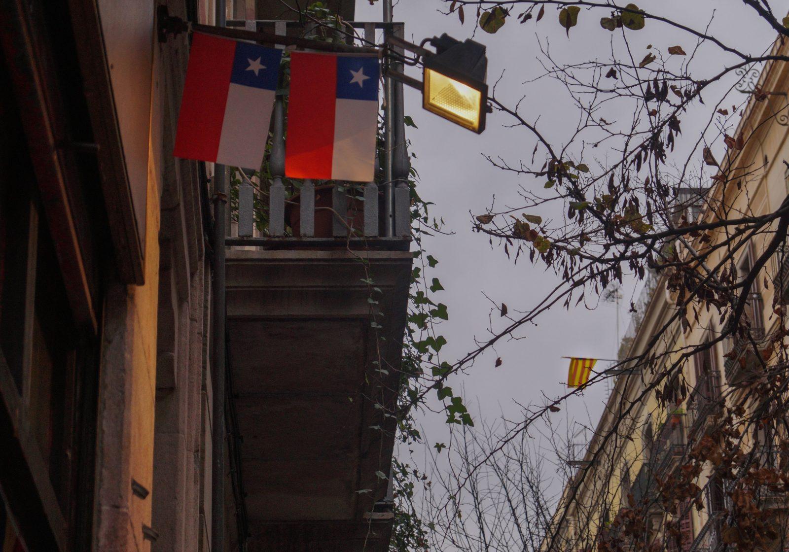Deux drapeaux chiliens font face au drapeau catalan