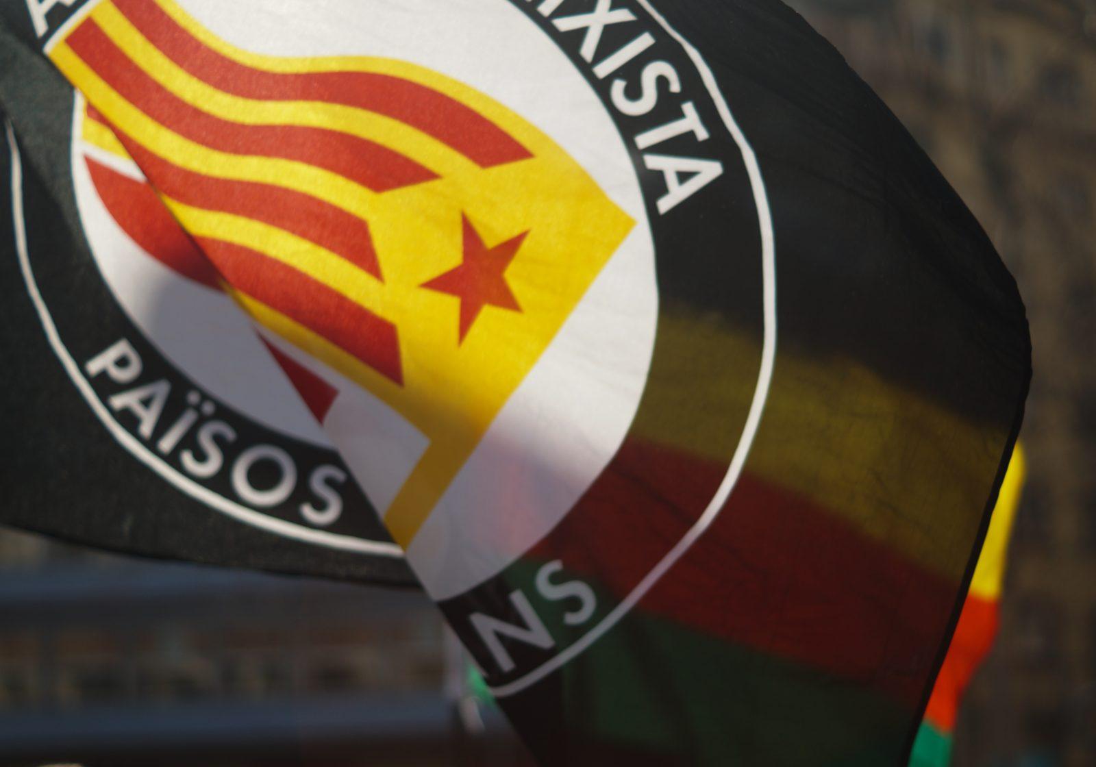 """Le drapeau de la <span class=""""caps"""">CUP</span>, parti indépendantiste et celui du Kurdistan lors d'une manifestation."""