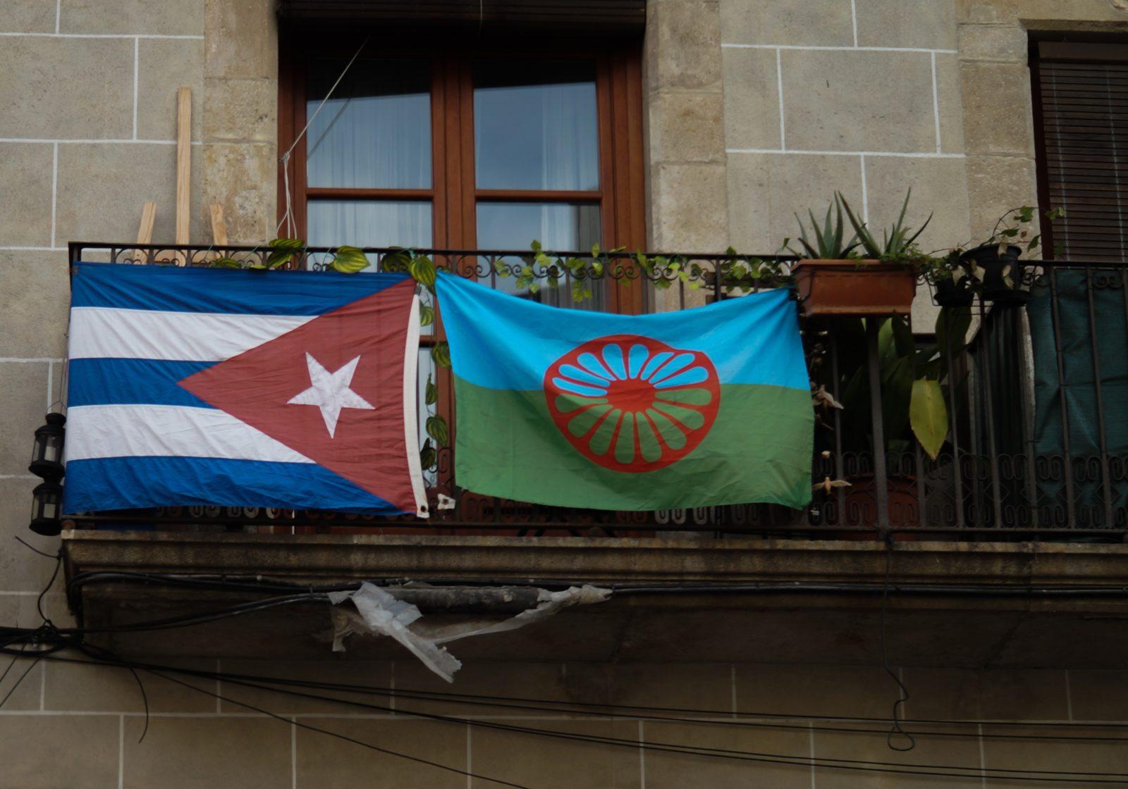 A côté du drapeau de Cuba, même la communauté Rom affiche fièrement son emblème.