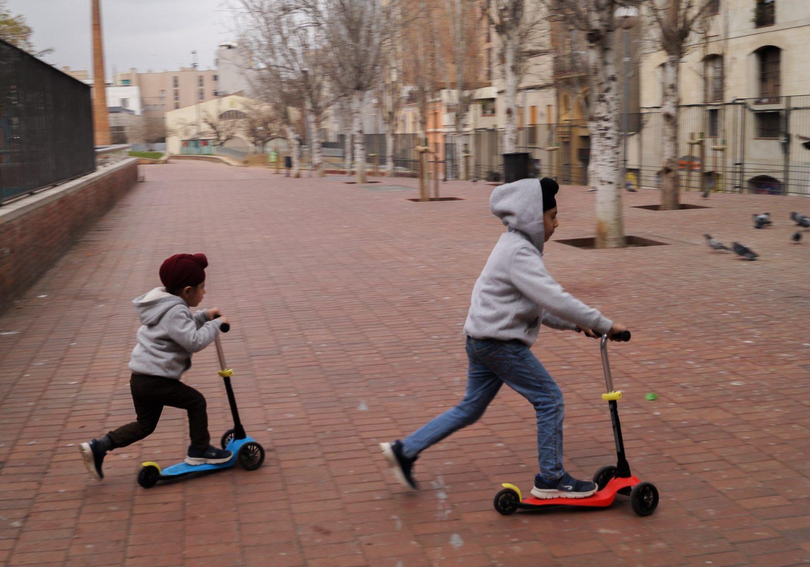 Deux enfants sikhs jouent dans un parc de la ville.