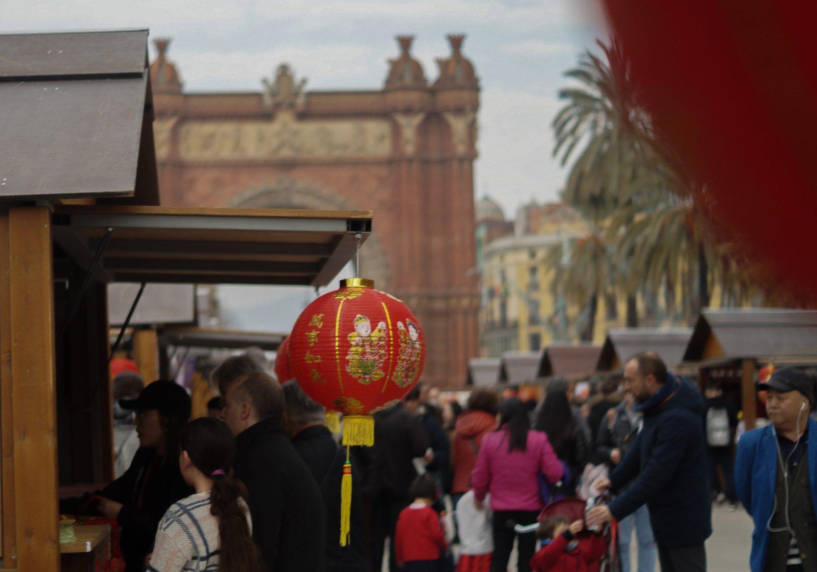 Les festivités pour l'année du chien, le nouvel an chinois devant l'Arc de triomphe.