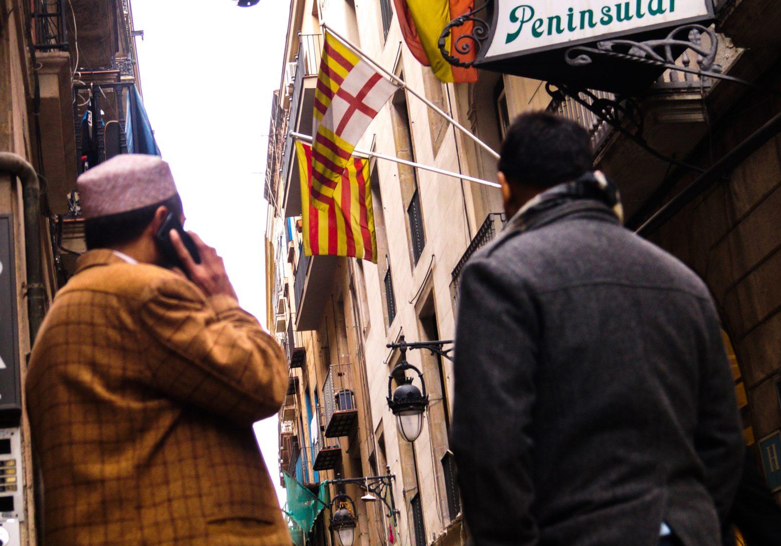 Les drapeaux espagnol et catalan dans les rues de Raval