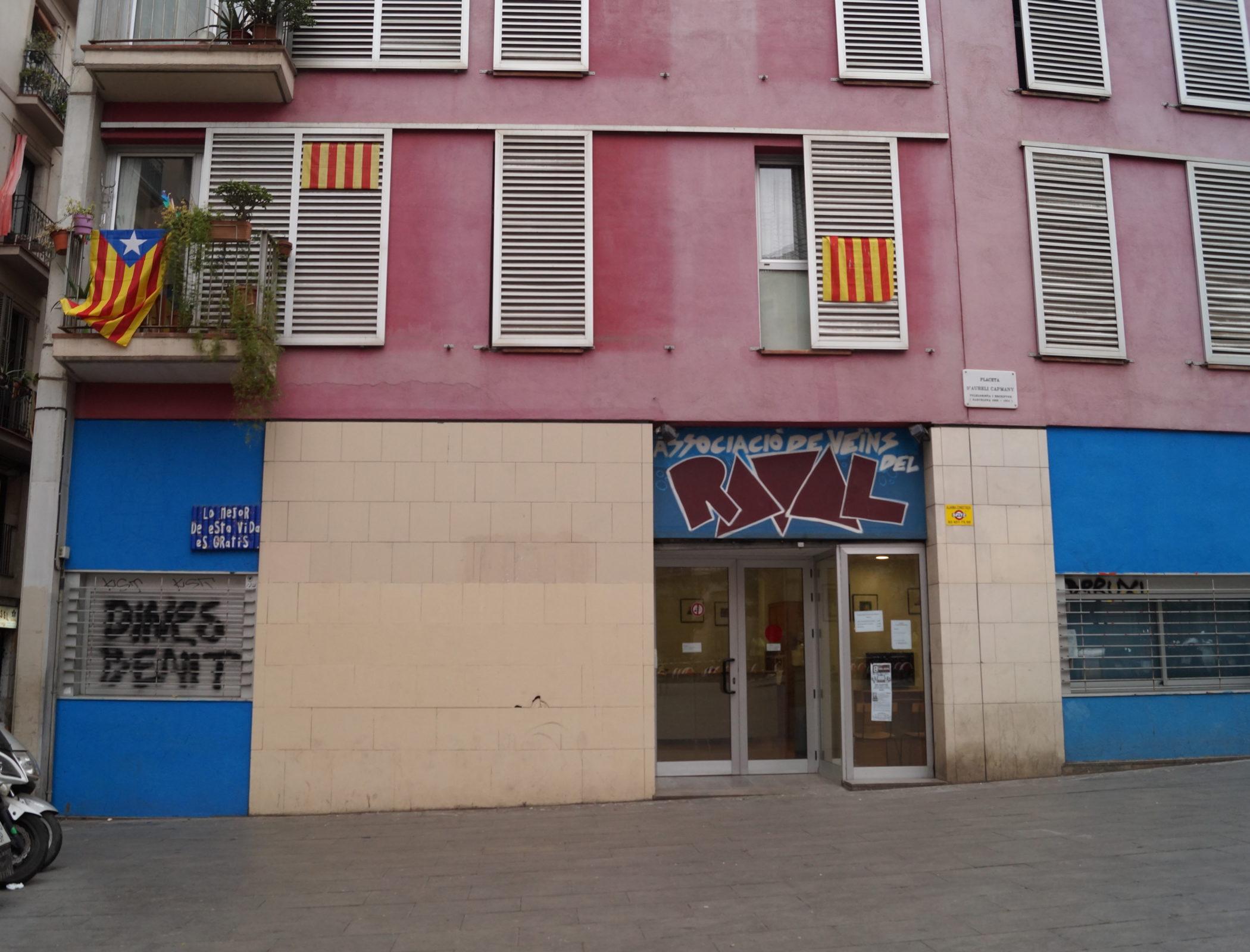 Barcelone, le 26 février. Dans le quartier El Raval, les drapeaux catalans s'affichent aux fenêtres. © Mohamed‐Amin Kehel