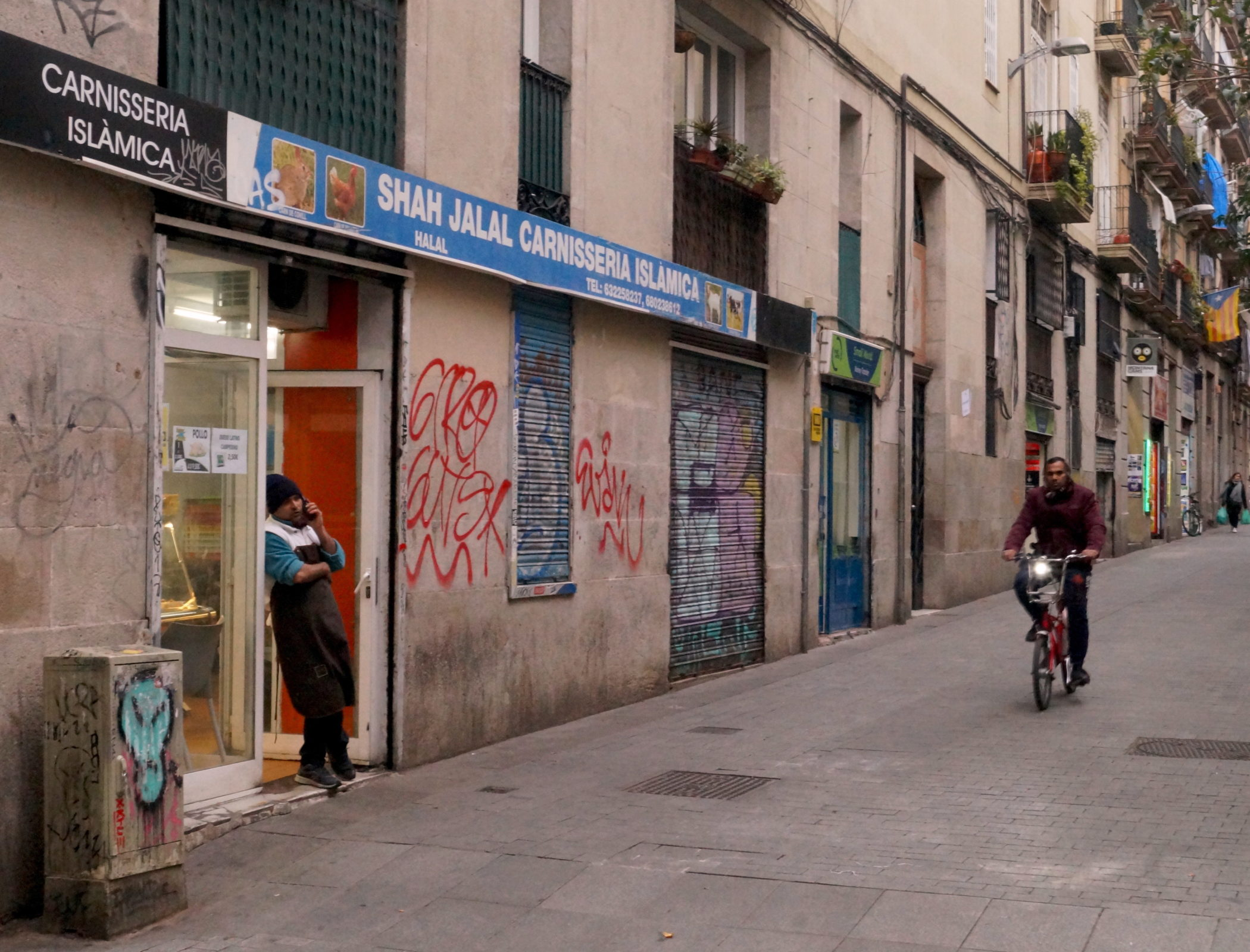 Barcelone, le 26 février 2018. Une des nombreuses boucheries halal du quartier El Raval. © Juliette Desmonceaux