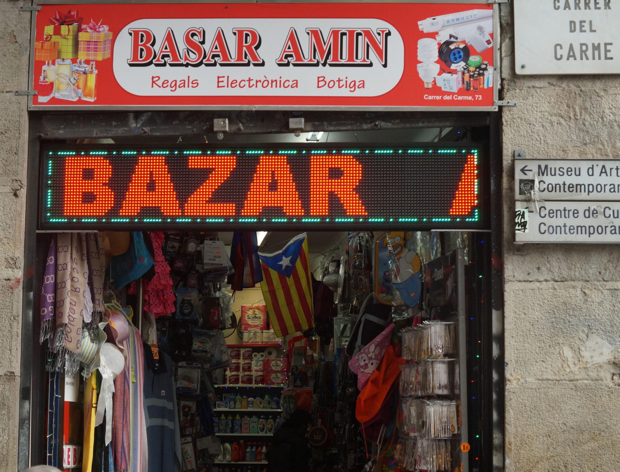 Barcelone, le 21 février 2018. Dans les bazars, les drapeaux catalans sont en vente. © Mohamed‐Amin Kehel