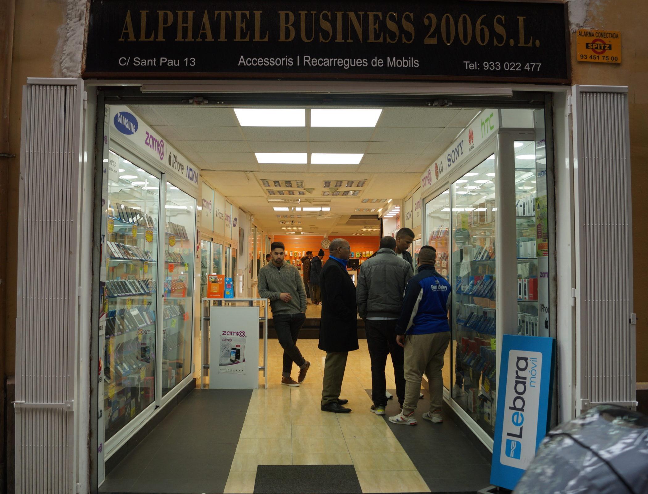 Barcelone, le 26 février 2018. Un des boutiques de téléphonie mobile indienne ou pakistanaise du quartier. ©Juliette Desmonceaux