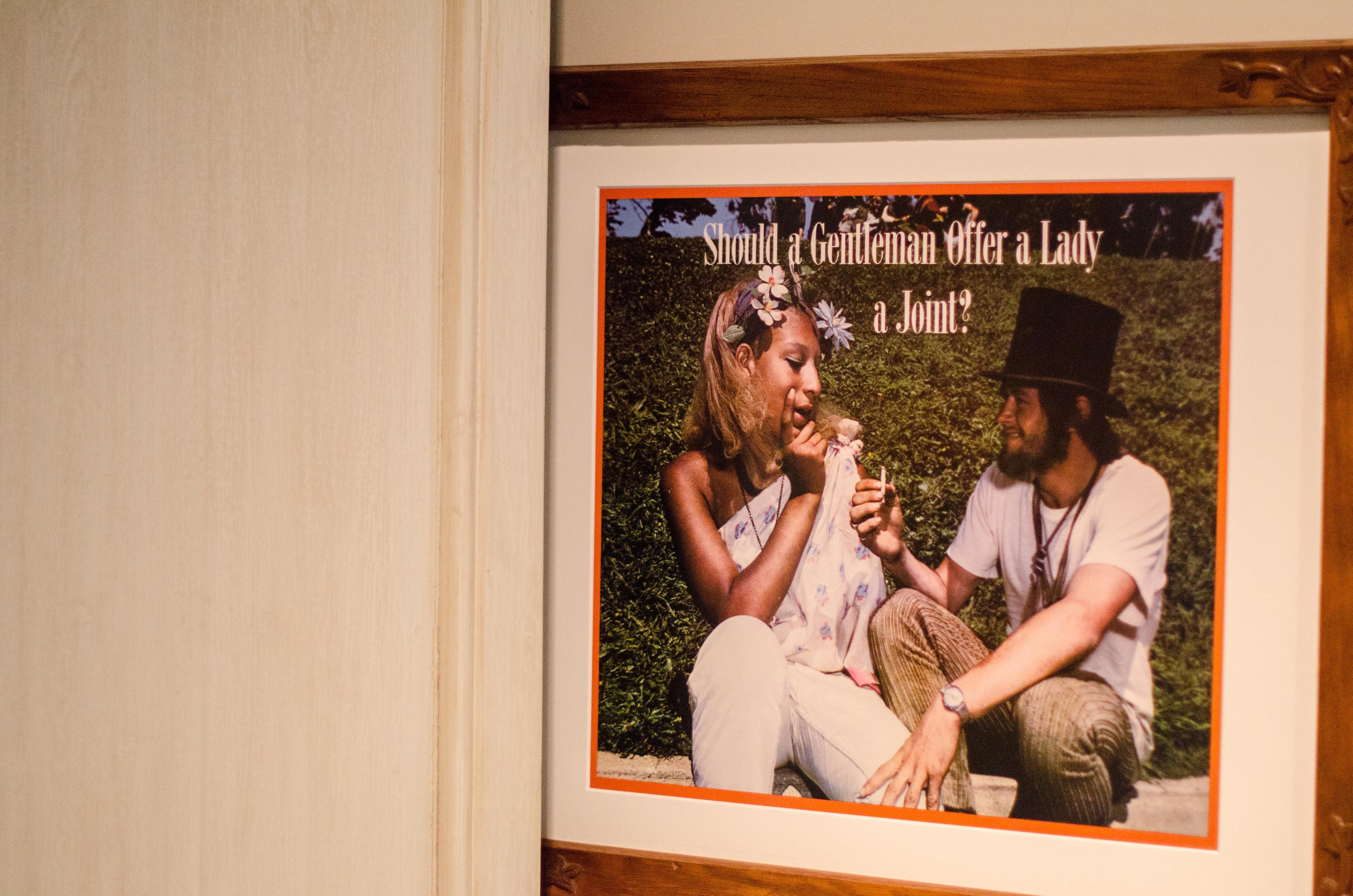De nombreuses affiches vintage sont présentées dans des cadres en bois sculptés.